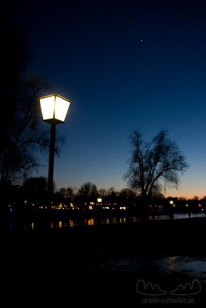 Straßenlampe an der Donau mit Venus