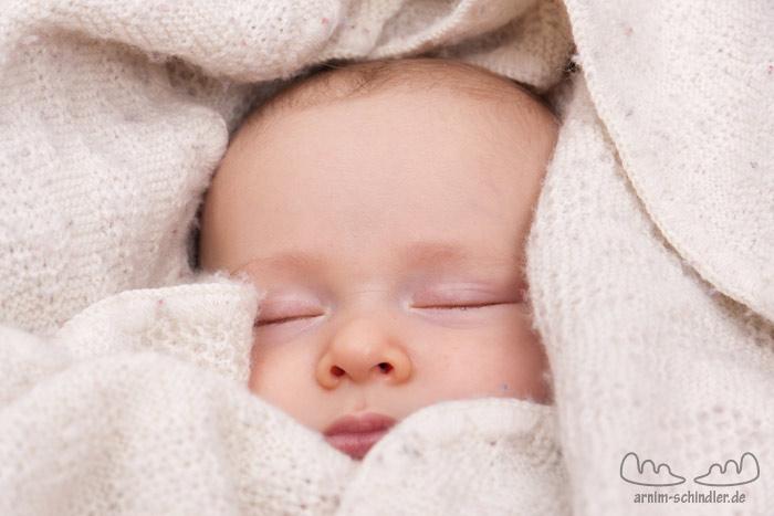 eingekuscheltes, schlafendes Baby