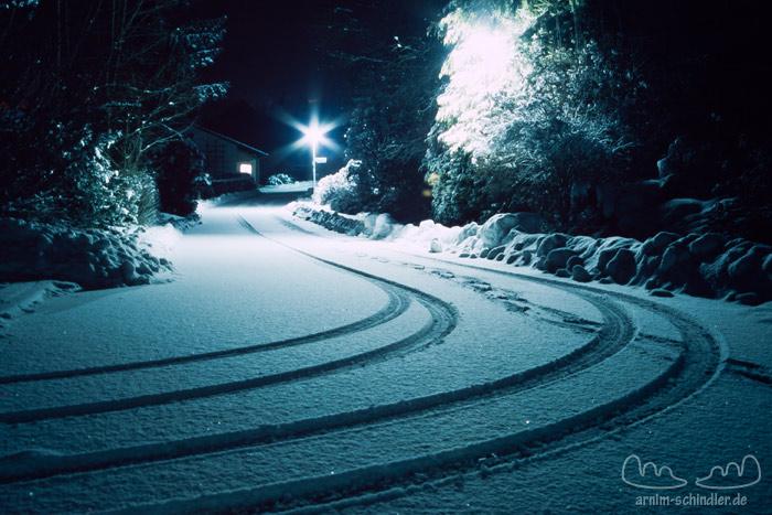 Spuren im Schnee bei Nacht