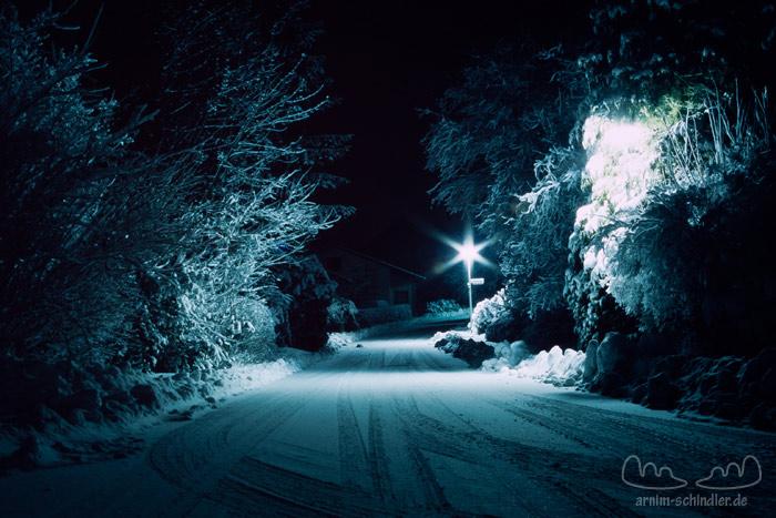 verschneite Straße bei Nacht